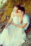 Älska par som kramar på sjön Kvinna och man för skönhet ung in Royaltyfri Bild