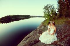 Älska par som kramar på sjön Kvinna och man för skönhet ung in Royaltyfria Foton