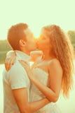 Älska par som kramar på sjön Kvinna och man för skönhet ung in Royaltyfri Foto