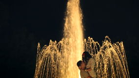 Älska par som kysser nära springbrunnen arkivfilmer