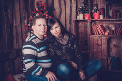 Älska par som ler bredvid deras julträd Royaltyfria Foton