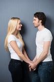 Älska par som ler in i varje andra, synar royaltyfri fotografi