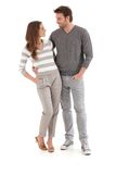 Älska par som ler på varje annat krama Arkivfoto