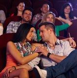 Älska par som omfamnar i bio Royaltyfri Foto