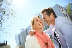 Älska par som omfamnar i bostads-, parkera Arkivfoton