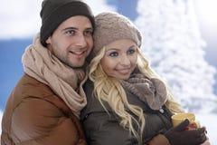 Älska par som omfamnar på vintertid arkivbilder