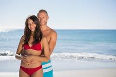 Älska par som omfamnar sig, medan se kameran Royaltyfri Fotografi