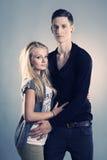 Älska par som poserar i studio Royaltyfri Bild