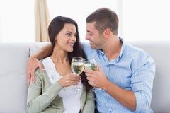 Älska par som rostar vinexponeringsglas Royaltyfria Bilder
