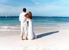 Älska par som ser havet Royaltyfri Foto