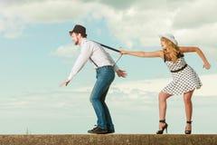Älska par som spelar på datum vid havskusten Royaltyfri Bild