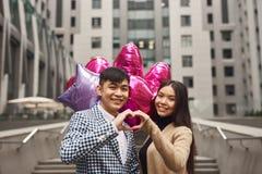 Älska par som tillsammans sätter händer Beskriva gesthjärta royaltyfri fotografi