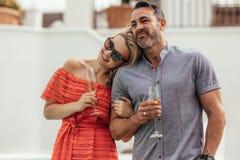 Älska par som tillsammans spenderar en kvalitets- tid Fotografering för Bildbyråer