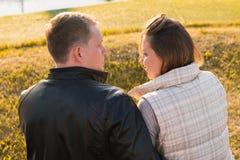 Älska par som tillsammans spenderar fritid på naturen som kramar bakre sikt säsong för bana för höstfallskog Royaltyfri Foto