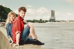 Älska par som tillsammans spenderar fritid på sjösidan Royaltyfria Bilder
