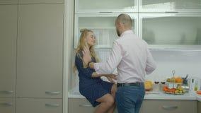 Älska par som tycker om att laga mat i inhemskt kök stock video