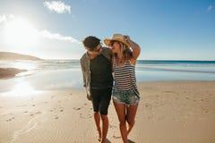 Älska par som tycker om en dag på stranden royaltyfria foton