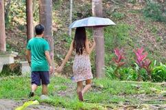 Älska par som utomhus går för en gå arkivfoton