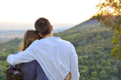 Älska par som utomhus kramar med blicken på solnedgången roma royaltyfria bilder