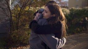 Älska par som utomhus omfamnar och att möta efter lång tid som särar, kännande förälskelse royaltyfri foto