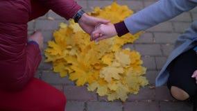 Älska par som utomhus rymmer händer över hjärtaform