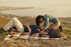 Älska par som vilar på naturen Royaltyfri Fotografi