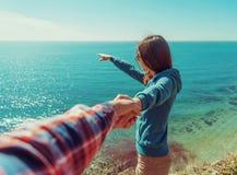 Älska par som vilar på stranden Royaltyfria Bilder