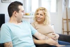 Älska par vänta på behandla som ett barn Arkivbilder