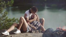 Älska paromfamningar, medan koppla av på campingplatsen på skogrivershore arkivfilmer