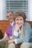 älska pensionär för soffapar som tillsammans sitter Royaltyfri Foto