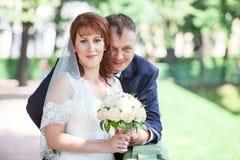 Älska precis att gifta sig par på sommar Royaltyfria Bilder
