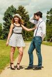 Älska retro stil för par som in flörtar, parkera Arkivbilder