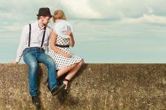 Älska retro stildatummärkning för par på havskust Arkivbild