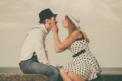 Älska retro stildatummärkning för par på havskust Arkivfoto