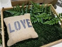 Älska säckpåsesouvenir i den wood asken för att dekorera eller ge sig i bröllopet, valentindag Arkivfoto