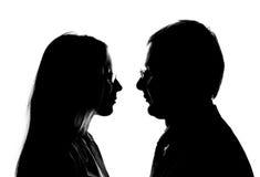 älska silhouette för par Arkivbilder