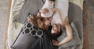 Älska unga par som ligger i säng som kramar och sover tillsammans, bästa sikt stock video