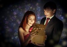 älskad gåva som ger hans man till royaltyfri fotografi