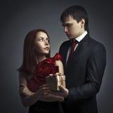 älskad gåva som ger hans man till royaltyfria foton