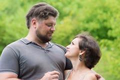 Älskad man och kvinna som kramar varje Arkivbild