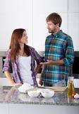 Älskade par i köket Fotografering för Bildbyråer