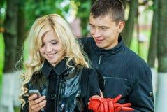 Älskade par läsande SMS Royaltyfria Foton