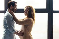 Älskade par som ser de Fotografering för Bildbyråer