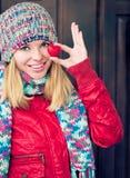 Älskar härliga lyckliga le framsidahänder för kvinnan som rymmer hjärtaform, symbol Arkivbild