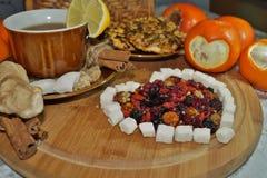 Älskling av torkat - frukt - te med kryddor, frukter och sötsaker Royaltyfri Foto
