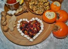Älskling av torkat - frukt - te med kryddor, frukter och sötsaker Arkivfoton