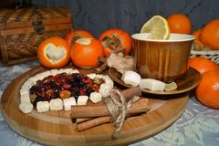 Älskling av torkat - frukt - te med kryddor, frukter och sötsaker Royaltyfria Bilder
