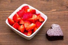 Älskling-format och jordgubbar på trä Royaltyfri Bild