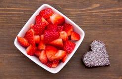 Älskling-format och jordgubbar på trä från över Arkivfoto