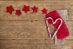 Älskling och röda stjärnor på trä Royaltyfri Foto